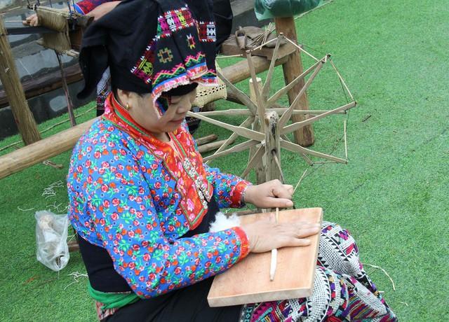 Dệt vải được coi là một trong những phẩm chất đức hạnh của người con gái Lào  - Ảnh 4.