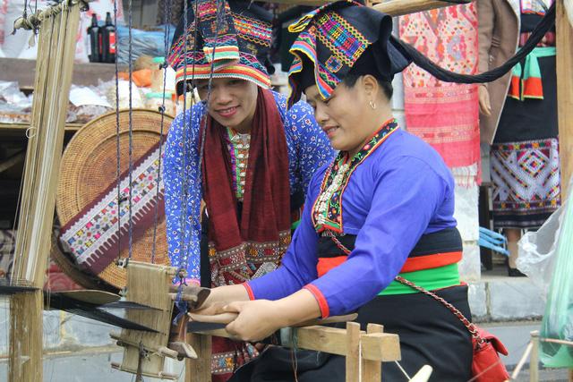 Dệt vải được coi là một trong những phẩm chất đức hạnh của người con gái Lào  - Ảnh 1.