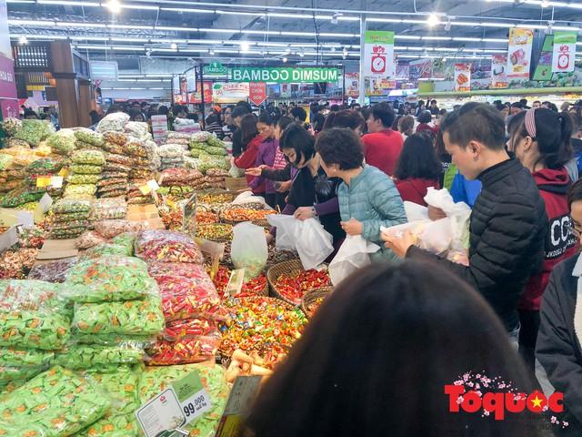 Giáp Tết: Siêu thị ken đặc người dân đi mua sắm - Ảnh 5.