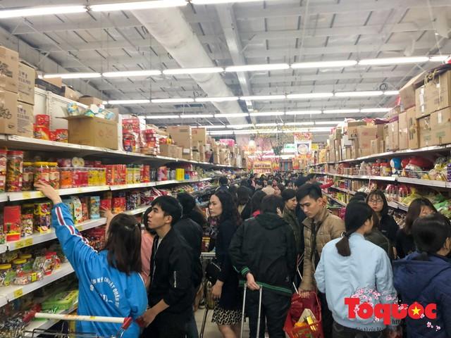 Giáp Tết: Siêu thị ken đặc người dân đi mua sắm - Ảnh 6.