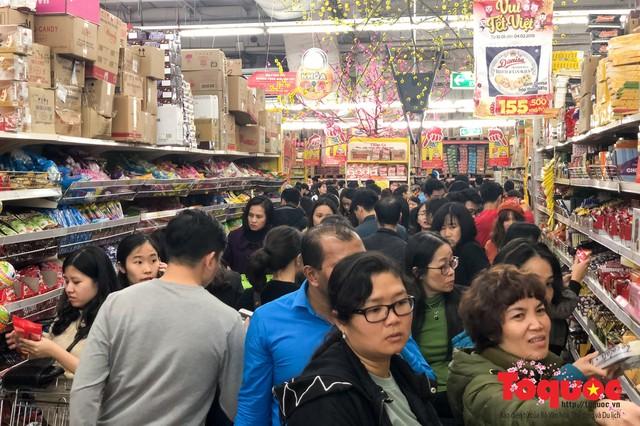 Giáp Tết: Siêu thị ken đặc người dân đi mua sắm - Ảnh 7.