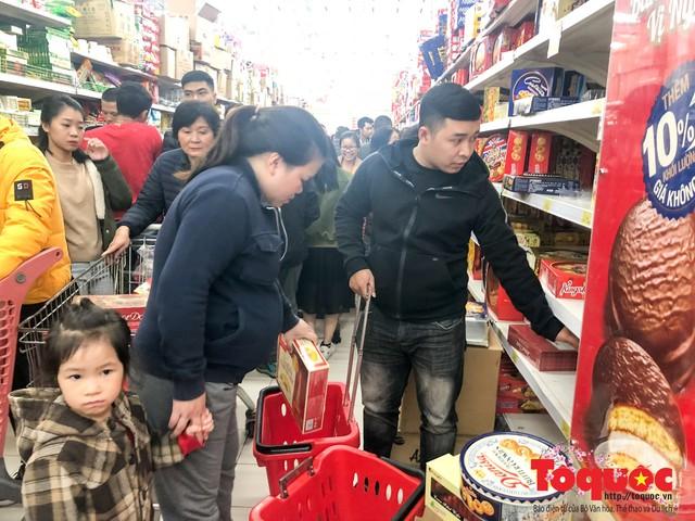 Giáp Tết: Siêu thị ken đặc người dân đi mua sắm - Ảnh 9.