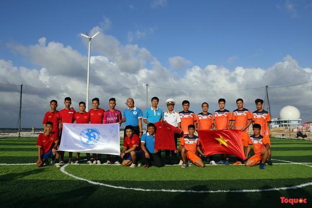 (Đăng sáng 30 Tết)Đón Tết ở Trường Sa với món quà đặc biệt từ Đội tuyển bóng đá Việt Nam - Ảnh 1.