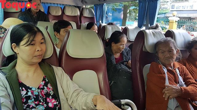 Cảm động chuyến xe nghĩa tình chở người bệnh khó khăn xuất viện về quê đón Tết - Ảnh 5.
