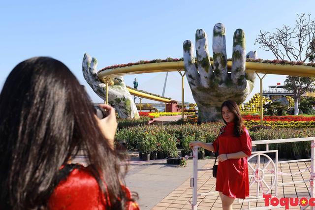 Người dân và du khách mê mẩn đường hoa Đà Nẵng Tết Kỷ Hợi 2019 - Ảnh 13.