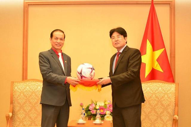 Món quá HLV Park Hang-seo tặng Thủ tướng đã được chuyển đến Hội Chữ thập đỏ Việt Nam - Ảnh 1.