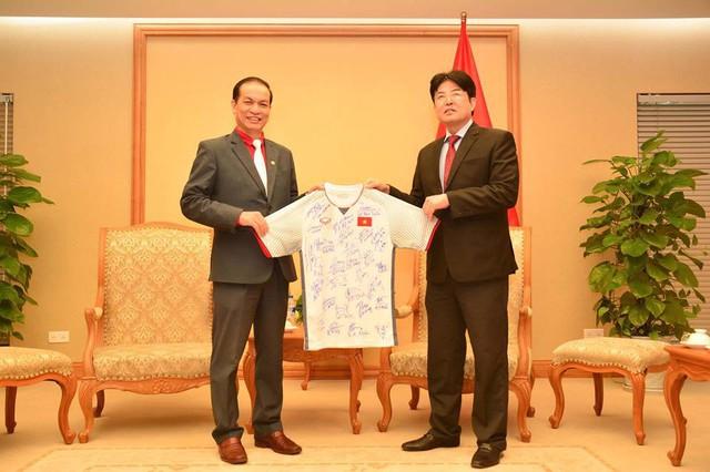 Món quá HLV Park Hang-seo tặng Thủ tướng đã được chuyển đến Hội Chữ thập đỏ Việt Nam - Ảnh 2.