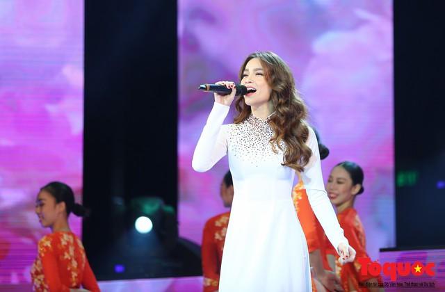 Hồ Ngọc Hà diện áo dài trắng tinh khôi hát Vang mãi giai điệu Tổ Quốc 2019 - Ảnh 2.