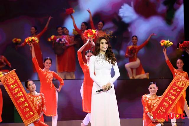 Hồ Ngọc Hà diện áo dài trắng tinh khôi hát Vang mãi giai điệu Tổ Quốc 2019 - Ảnh 4.