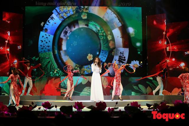 Hồ Ngọc Hà diện áo dài trắng tinh khôi hát Vang mãi giai điệu Tổ Quốc 2019 - Ảnh 1.