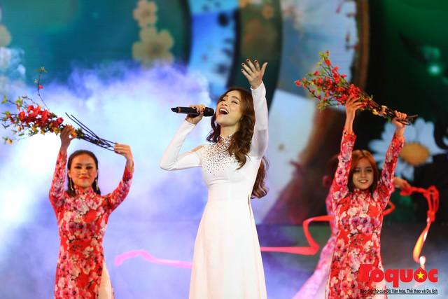 Hồ Ngọc Hà diện áo dài trắng tinh khôi hát Vang mãi giai điệu Tổ Quốc 2019 - Ảnh 7.