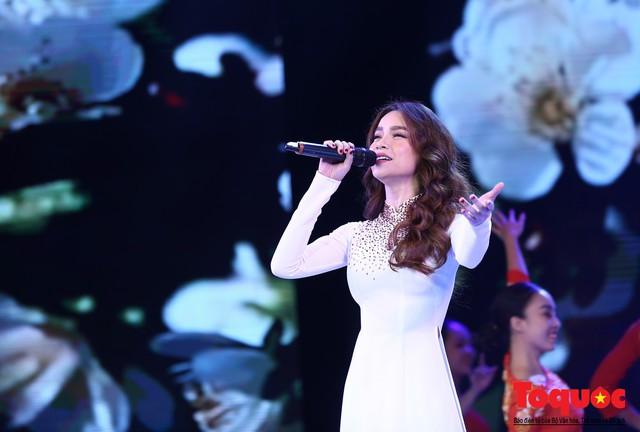 Hồ Ngọc Hà diện áo dài trắng tinh khôi hát Vang mãi giai điệu Tổ Quốc 2019 - Ảnh 6.