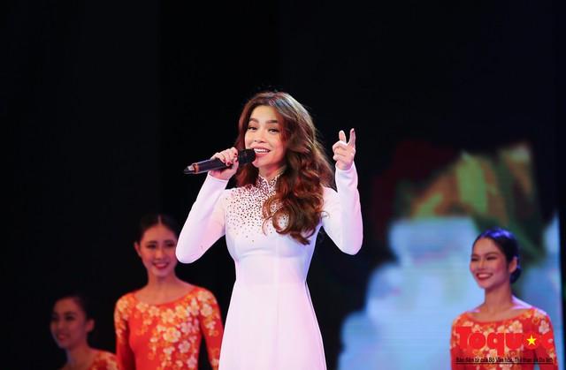 Hồ Ngọc Hà diện áo dài trắng tinh khôi hát Vang mãi giai điệu Tổ Quốc 2019 - Ảnh 9.