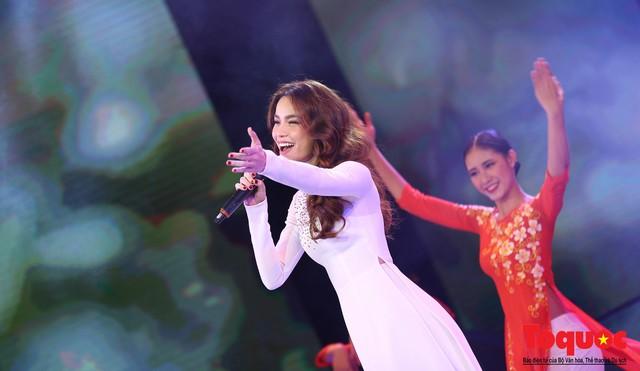 Hồ Ngọc Hà diện áo dài trắng tinh khôi hát Vang mãi giai điệu Tổ Quốc 2019 - Ảnh 10.