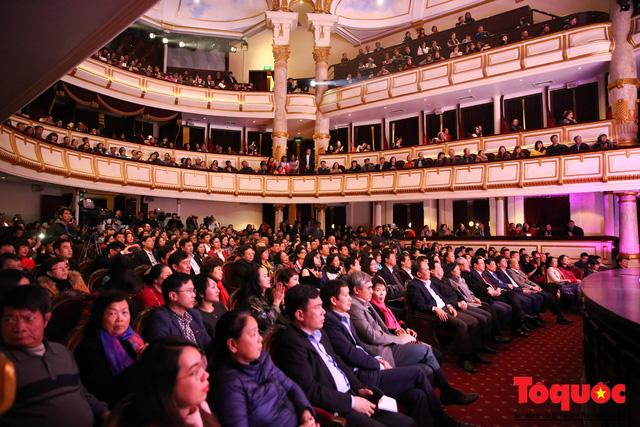 Hồ Ngọc Hà diện áo dài trắng tinh khôi hát Vang mãi giai điệu Tổ Quốc 2019 - Ảnh 8.