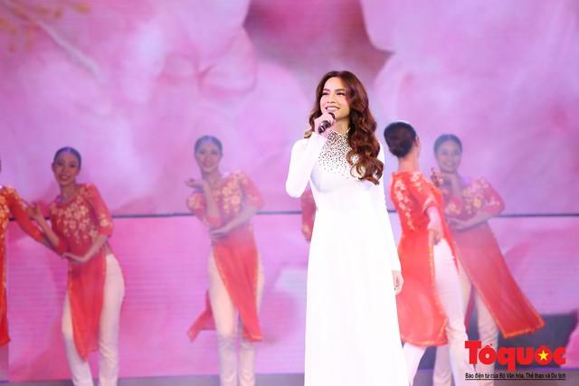 Hồ Ngọc Hà diện áo dài trắng tinh khôi hát Vang mãi giai điệu Tổ Quốc 2019 - Ảnh 12.