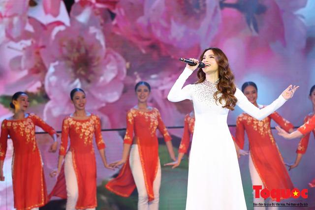 Hồ Ngọc Hà diện áo dài trắng tinh khôi hát Vang mãi giai điệu Tổ Quốc 2019 - Ảnh 13.