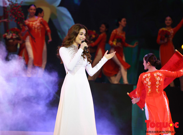 Hồ Ngọc Hà diện áo dài trắng tinh khôi hát Vang mãi giai điệu Tổ Quốc 2019 - Ảnh 14.