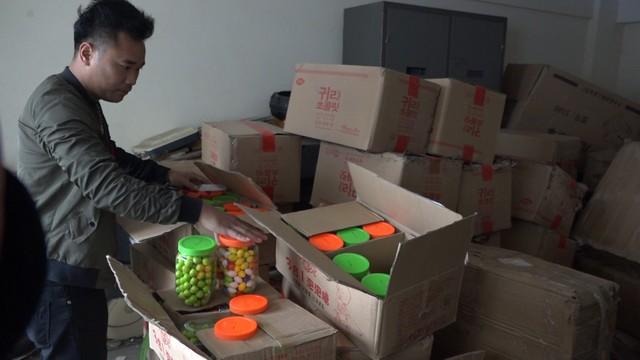 Lào Cai: Thu giữ lô hàng hơn 10.000 gói bim bim và kẹo cao su các loại - Ảnh 2.
