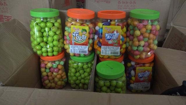 Lào Cai: Thu giữ lô hàng hơn 10.000 gói bim bim và kẹo cao su các loại - Ảnh 1.