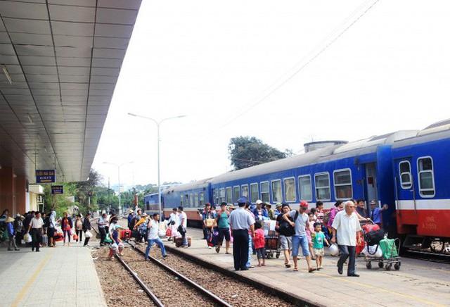 Vé tàu Tết 2019: Đường sắt áp dụng mức khấu trừ trả,  đổi vé là 30% - Ảnh 1.