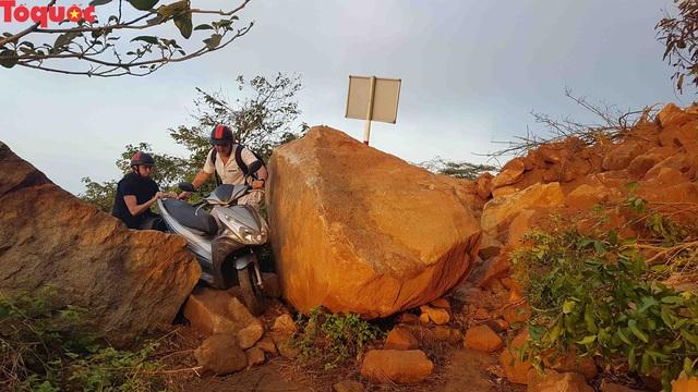 Hình ảnh đất đá sạt lở chắn ngang đường trên bán đảo Sơn Trà - Ảnh 19.
