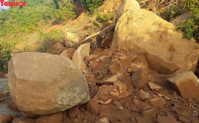 Hình ảnh đất đá sạt lở chắn ngang đường trên bán đảo Sơn Trà - Ảnh 5.