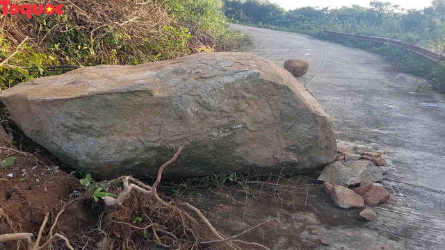 Hình ảnh đất đá sạt lở chắn ngang đường trên bán đảo Sơn Trà - Ảnh 6.