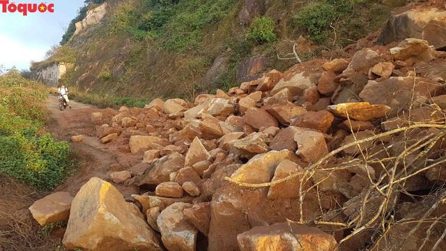Hình ảnh đất đá sạt lở chắn ngang đường trên bán đảo Sơn Trà - Ảnh 12.