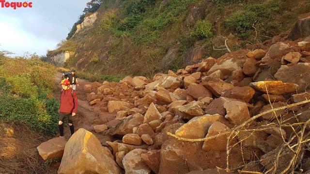 Hình ảnh đất đá sạt lở chắn ngang đường trên bán đảo Sơn Trà - Ảnh 15.