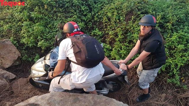 Hình ảnh đất đá sạt lở chắn ngang đường trên bán đảo Sơn Trà - Ảnh 17.