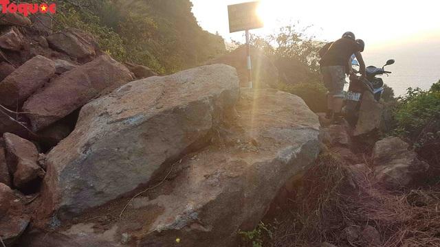 Hình ảnh đất đá sạt lở chắn ngang đường trên bán đảo Sơn Trà - Ảnh 18.