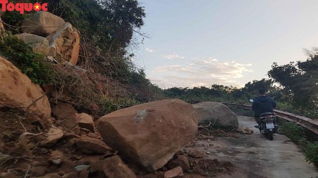 Hình ảnh đất đá sạt lở chắn ngang đường trên bán đảo Sơn Trà - Ảnh 7.