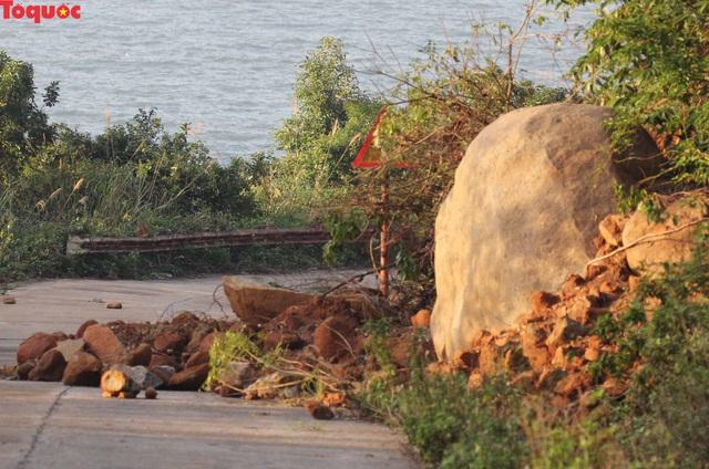 Hình ảnh đất đá sạt lở chắn ngang đường trên bán đảo Sơn Trà - Ảnh 4.
