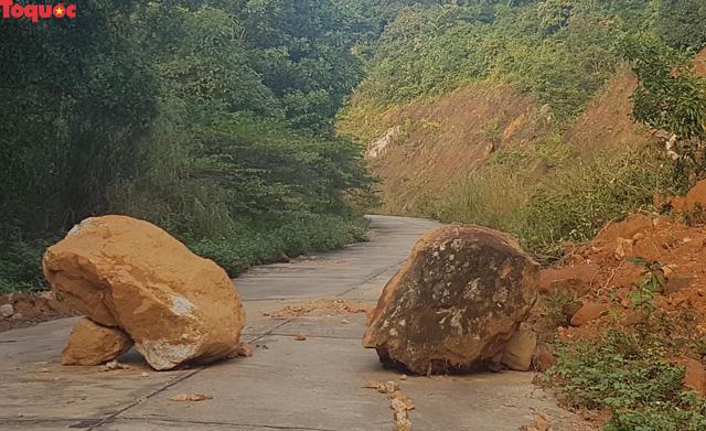 Hình ảnh đất đá sạt lở chắn ngang đường trên bán đảo Sơn Trà - Ảnh 2.