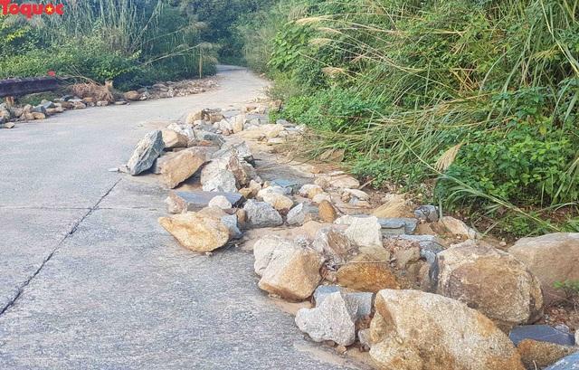 Hình ảnh đất đá sạt lở chắn ngang đường trên bán đảo Sơn Trà - Ảnh 14.