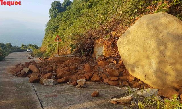 Hình ảnh đất đá sạt lở chắn ngang đường trên bán đảo Sơn Trà - Ảnh 3.