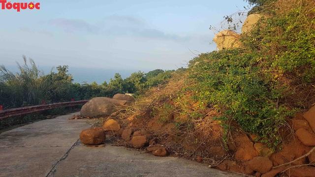 Hình ảnh đất đá sạt lở chắn ngang đường trên bán đảo Sơn Trà - Ảnh 8.