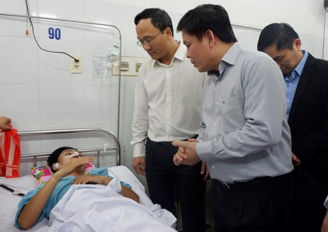 Vụ xe khách chở đoàn sinh viên lao xuống vực ở đèo Hải Vân: Nối cánh tay bị đứt lìa cho nạn nhân - Ảnh 1.