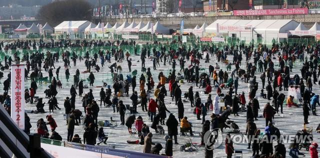 Lễ hội câu cá trên băng ở Hàn Quốc thu hút hàng triệu du khách - Ảnh 1.