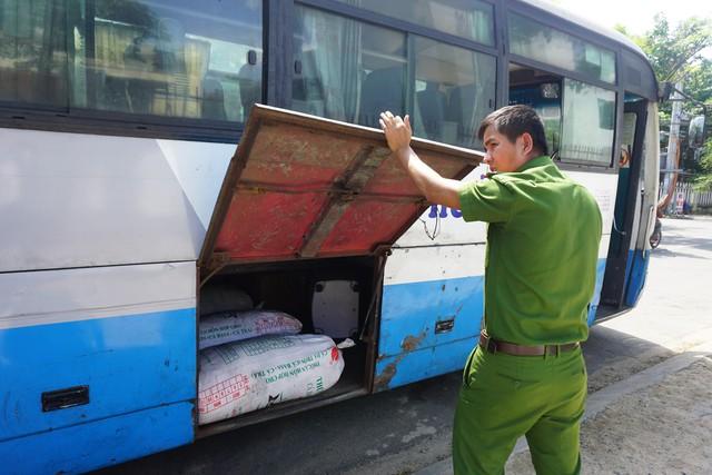 Xe khách chở hàng trăm kilogam mỡ động vật hôi thối, không rõ nguồn gốc - Ảnh 2.