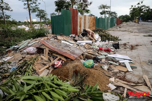 Vấn nạn xả thải trộm tại Hà Đông (Hà Nội): Rác tràn ra cả nửa đường, dân kêu than vì mùi hôi thối nồng nặc - Ảnh 1.