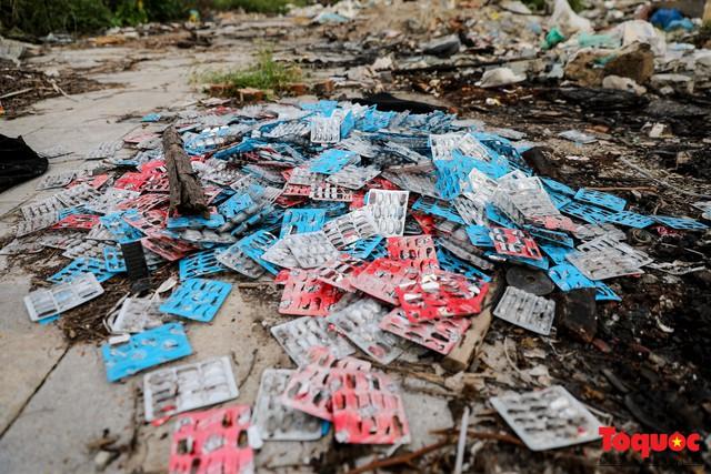 Vấn nạn xả thải trộm tại Hà Đông (Hà Nội): Rác tràn ra cả nửa đường, dân kêu than vì mùi hôi thối nồng nặc - Ảnh 3.