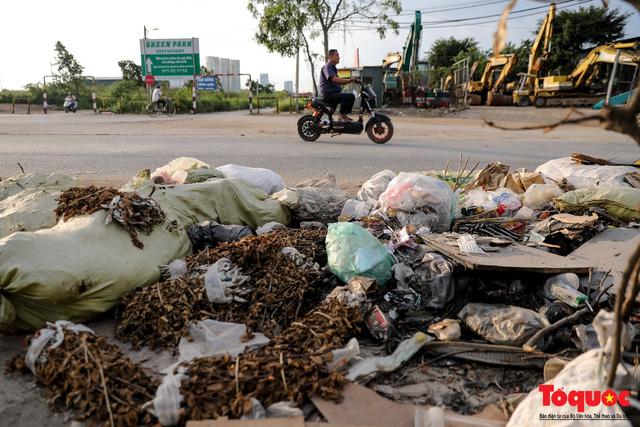 Vấn nạn xả thải trộm tại Hà Đông (Hà Nội): Rác tràn ra cả nửa đường, dân kêu than vì mùi hôi thối nồng nặc - Ảnh 6.