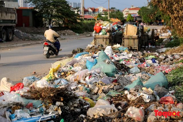 Vấn nạn xả thải trộm tại Hà Đông (Hà Nội): Rác tràn ra cả nửa đường, dân kêu than vì mùi hôi thối nồng nặc - Ảnh 7.