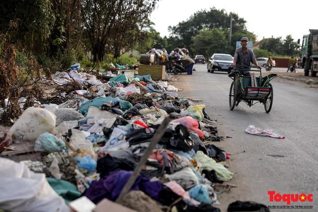 Vấn nạn xả thải trộm tại Hà Đông (Hà Nội): Rác tràn ra cả nửa đường, dân kêu than vì mùi hôi thối nồng nặc - Ảnh 10.