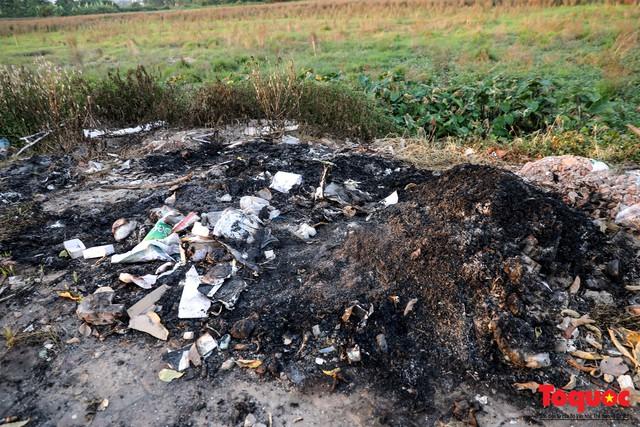 Vấn nạn xả thải trộm tại Hà Đông (Hà Nội): Rác tràn ra cả nửa đường, dân kêu than vì mùi hôi thối nồng nặc - Ảnh 16.