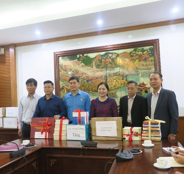 Phát động phong trào tặng sách cho đồng bào dân tộc và học sinh tỉnh Hòa Bình - Ảnh 1.