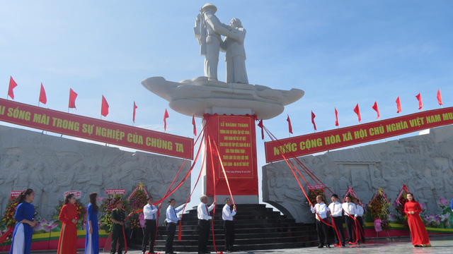 Đồng Tháp khánh thành Tượng đài sự kiện Tập kết 1954 - Ảnh 3.