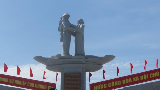 Đồng Tháp khánh thành Tượng đài sự kiện Tập kết 1954 - Ảnh 2.